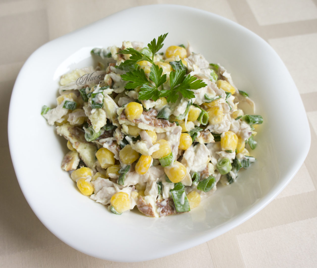 Салат разбойничий с блинами курицей и чесноком. салат блинный с копченой курочкой | дачная жизнь