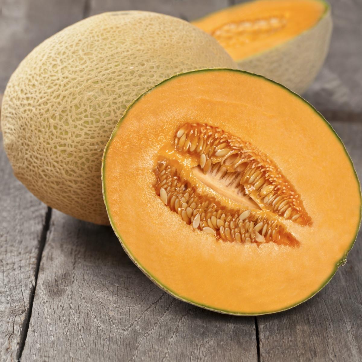 Дыня оранжевая внутри: почему, какие сорта с такой мякотью?