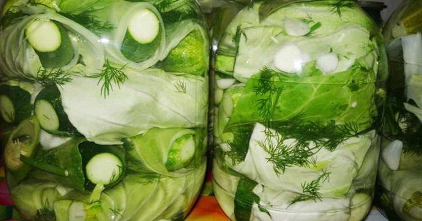Огурцы в капустных листьях на зиму: 2 пошаговых рецепта маринования