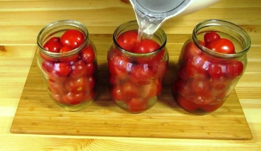 Что делать, если вздулись банки с помидорами и как спасти консервацию, правила хранения