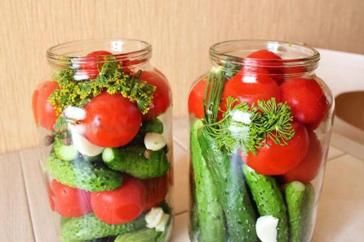 Маринованные огурцы и помидоры ассорти на зиму — простой рецепт