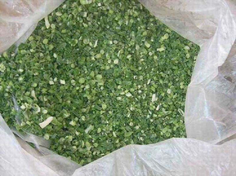 Как заморозить зеленый лук в морозилке на зиму: свежее перо в пакете, в масле, срок хранения и отзывы