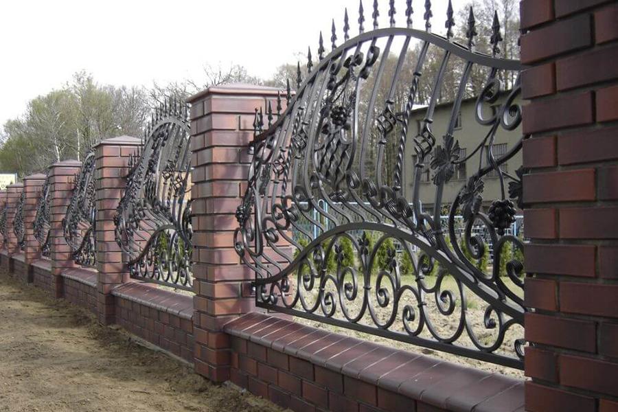 Как установить ажурный металлический или бетонный забор?