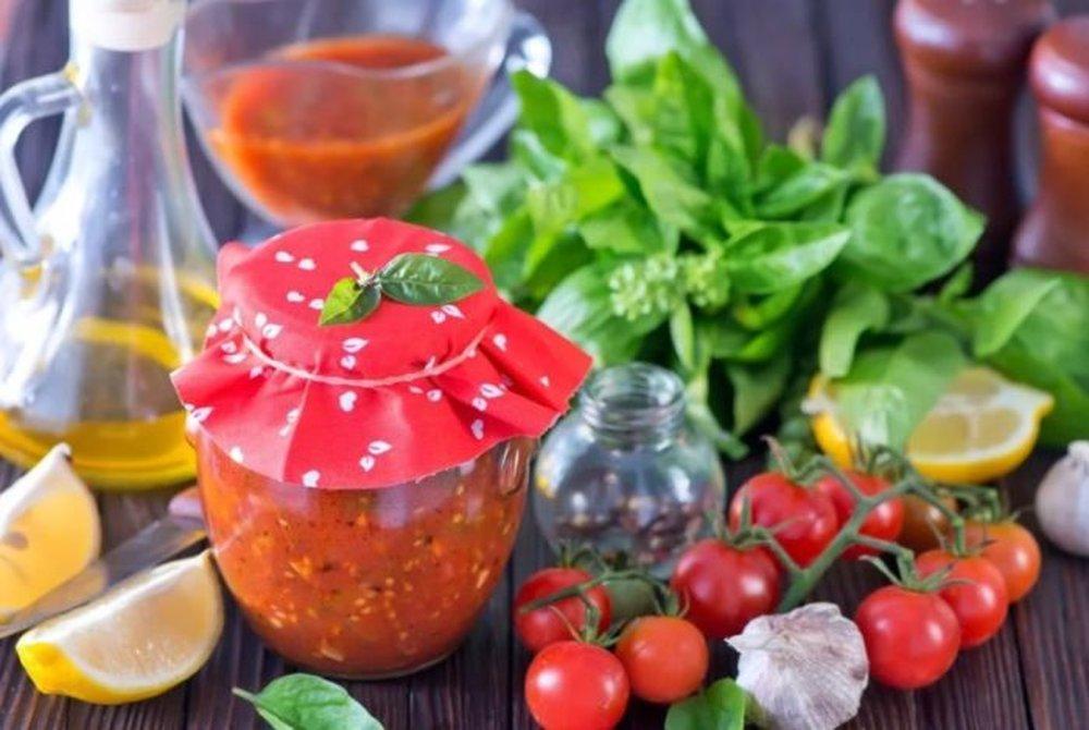 Аджика из помидор и чеснока на зиму без варки: 8 быстрых рецептов приготовления