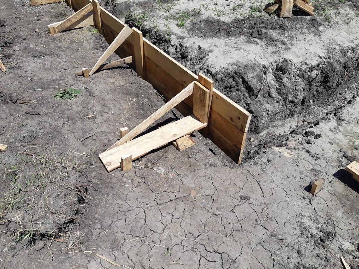 Фундамент для теплицы (36 фото): основание на столбиках из труб и винтовые сваи, как сделать из бруса или бетона своими руками