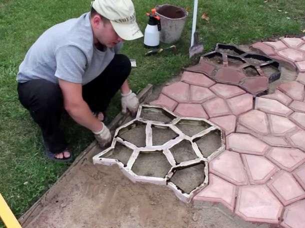 Пластиковая плитка, решетчатые модули и декинг для садовых дорожек