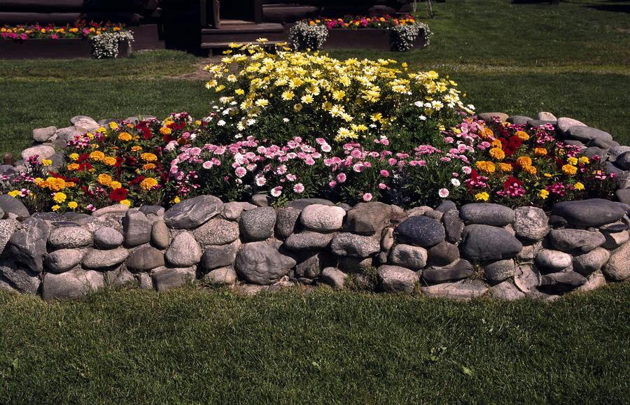 Клумба из камней: особенности и фото, создание своими руками