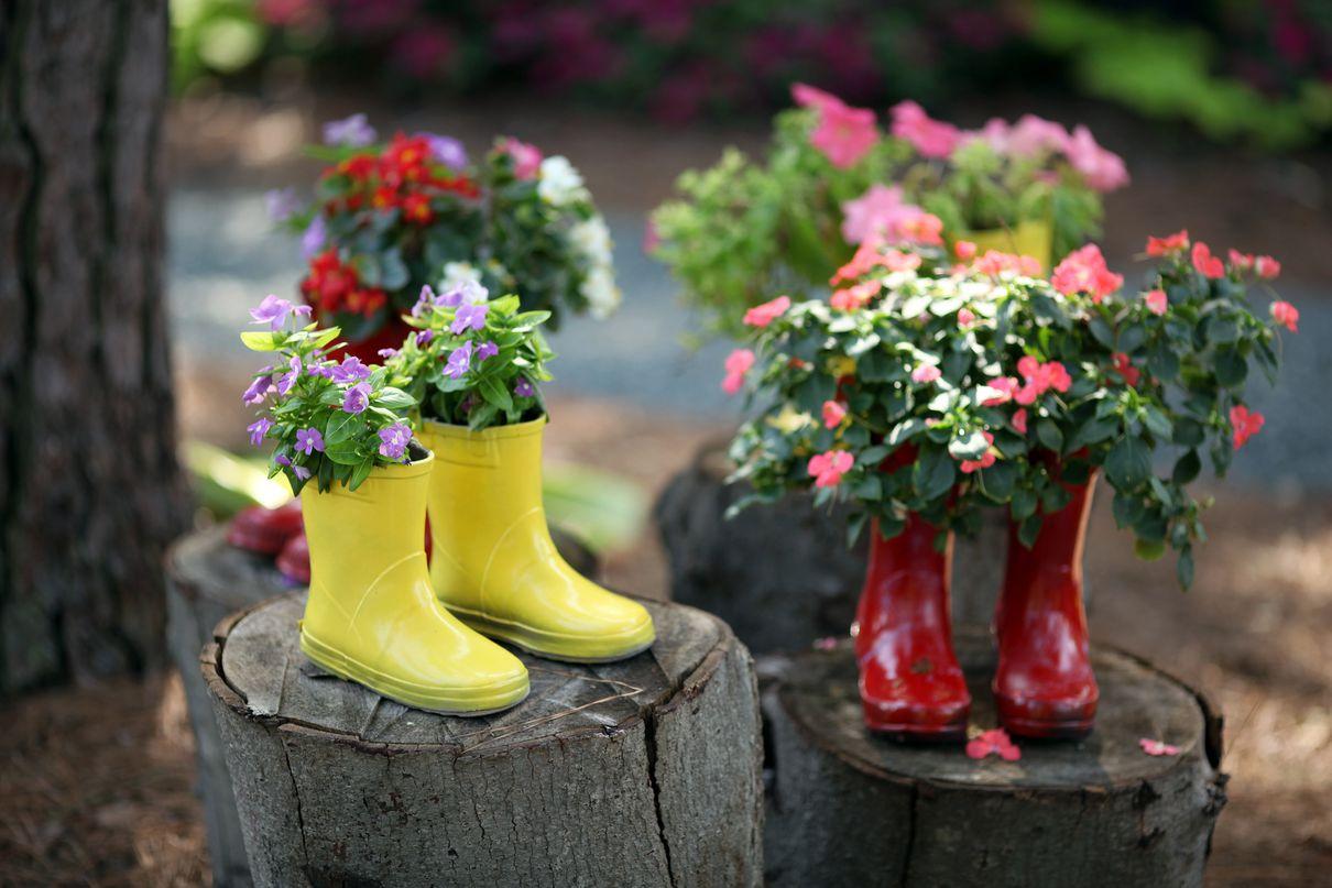 Оформление клумб и цветников во дворе своими руками: фото и лучшие идеи