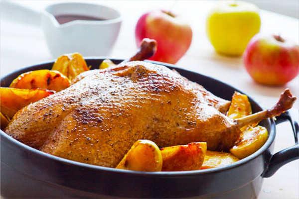 Мягкая и сочная утка в духовке: 8 рецептов в домашних условиях