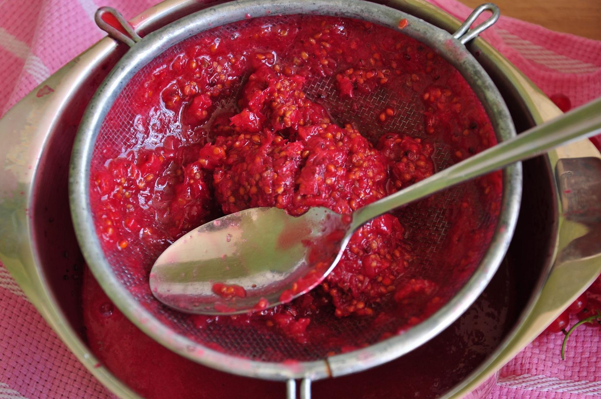 ТОП 9 рецептов приготовления красной смородины перетертой с сахаром на зиму