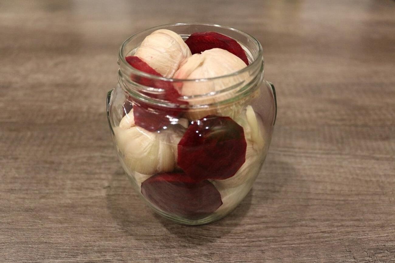 Лучшие рецепты маринованного чеснока с красной смородиной на зиму