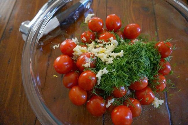Малосольные помидоры в пакете и кастрюле с чесноком и зеленью — быстрый рецепт за 5 минут малосольных помидоров