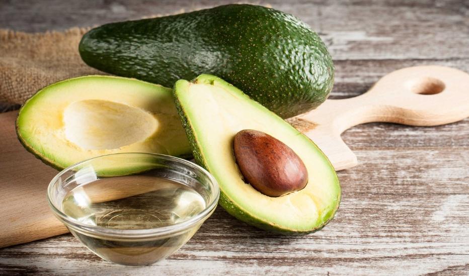 Масло авокадо: полезные свойства и инструкция по косметическому применению, пищевое использование, обзор отзывов, возможный вред, как сделать дома