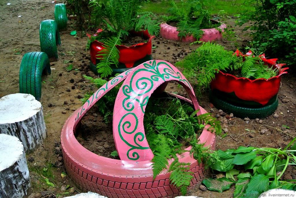 Красивые цветники и клумбы из подручных материалов | 70 фото