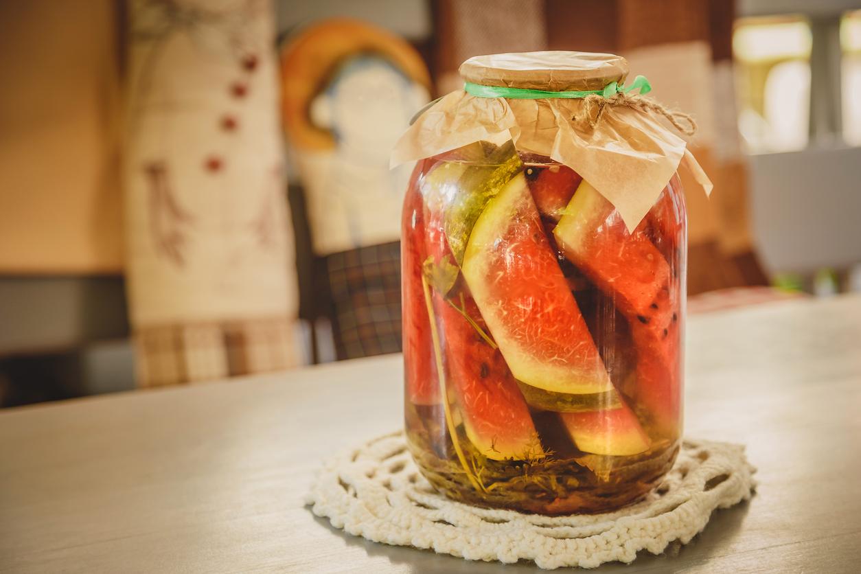 Арбузы, маринованные на зиму, в 3 литровых банках: простой рецепт, сладкие, вкусные без корочки, нарезанные кусочками, фото без кожуры, маринад с уксусом