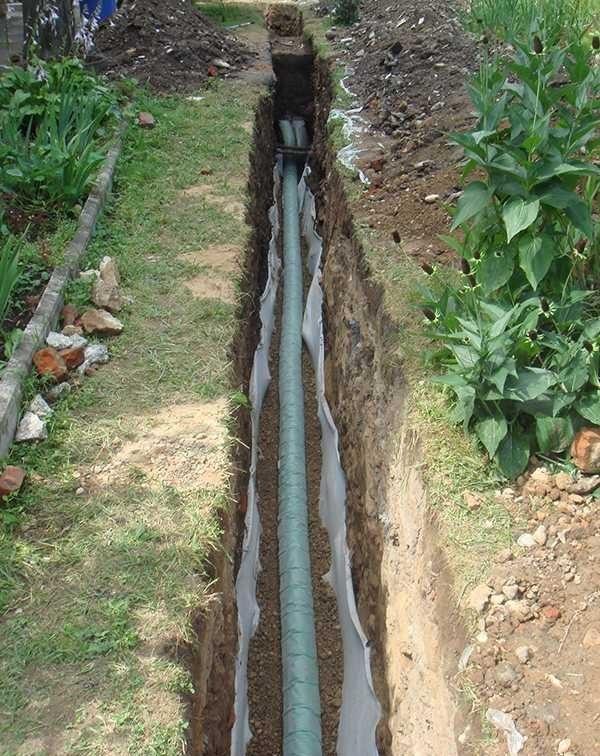 Как правильно сделать дренаж на участке, если грунтовые воды на высоком уровне— инструкция с фото