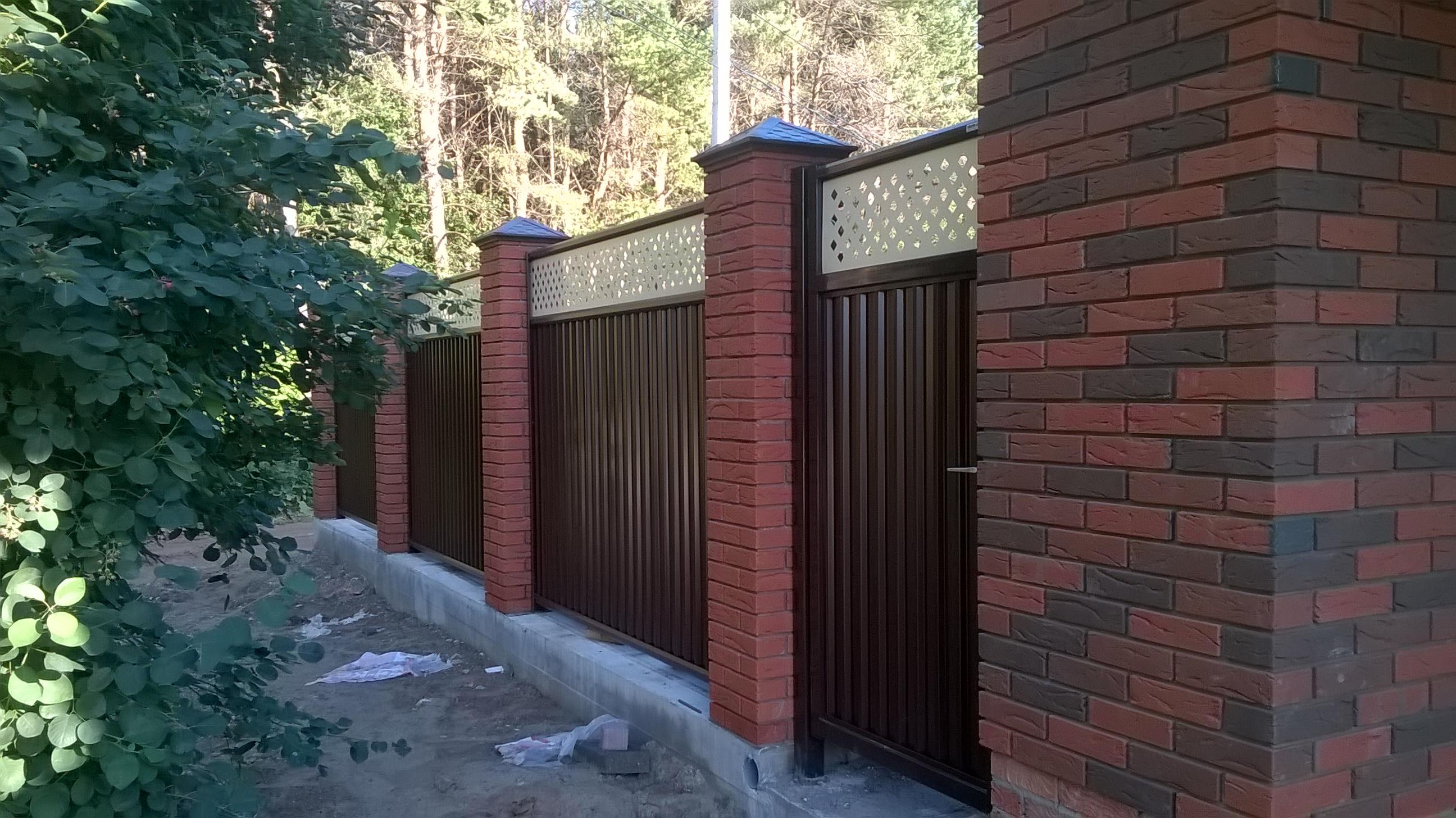 Забор из поликарбоната между соседями на даче: как установить, пошагово, фото