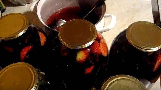 Как приготовить компот из яблок и черноплодной рябины на зиму: польза, рецепты