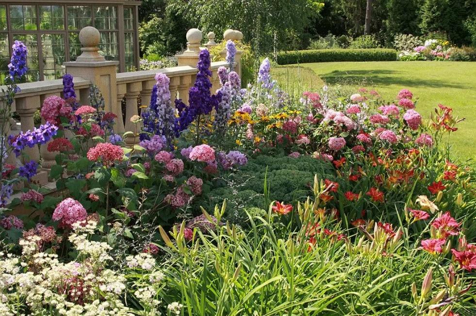 Ландшафтный дизайн клумб (54 фото): варианты декора цветников перед домом своими руками, проект оформления территории хвойниками и цветами