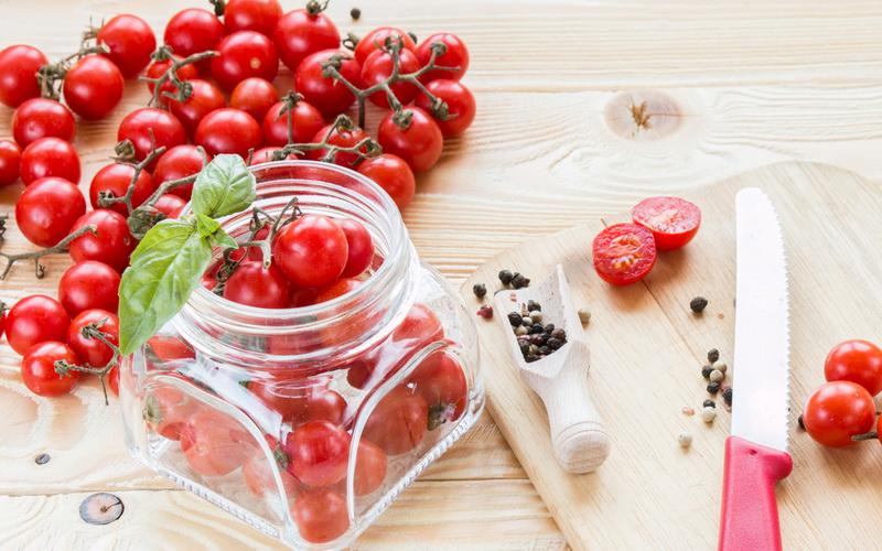 Помидоры с вишневым листом на зиму: 4 простых пошаговых рецепта маринования