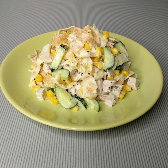 Салат с блинами и копченой курицей