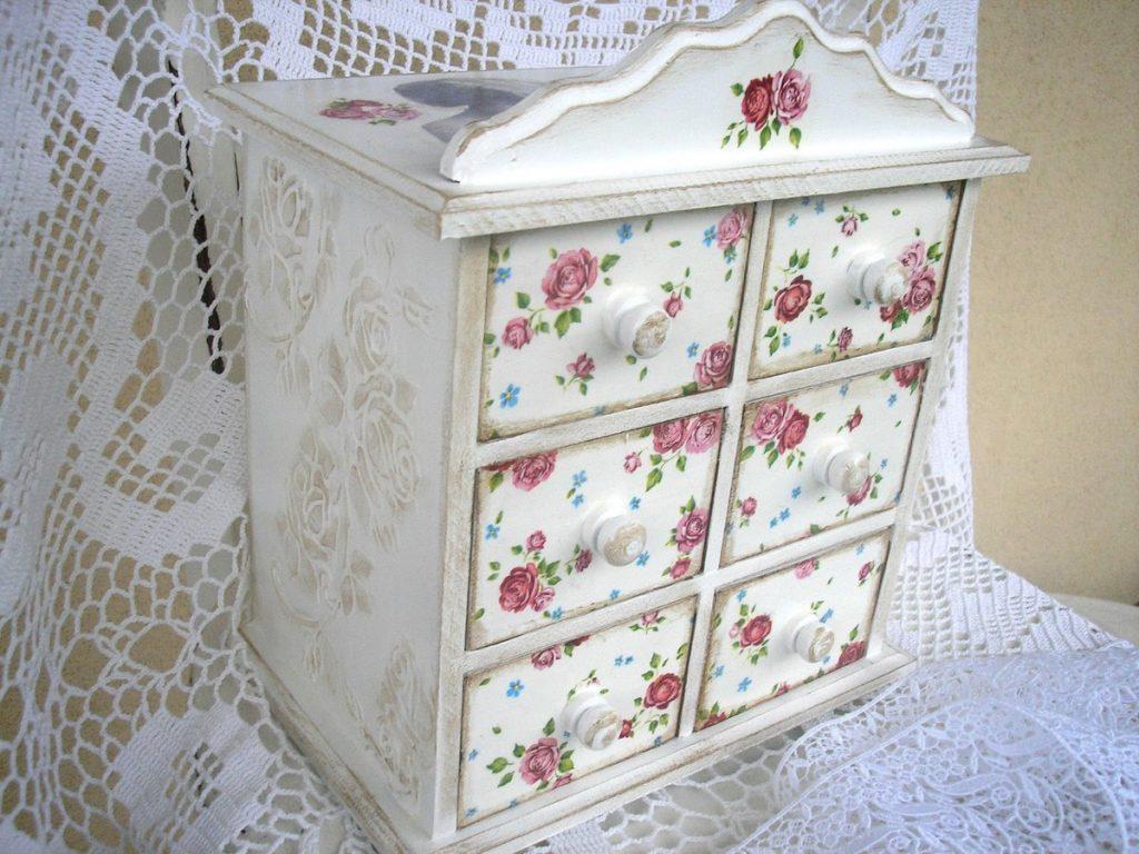 Мебель в стиле прованс своими руками: сложно ли, как сделать из подручных материалов столик, светильник и подушки, декупаж, состаривание, как покрасить, декор