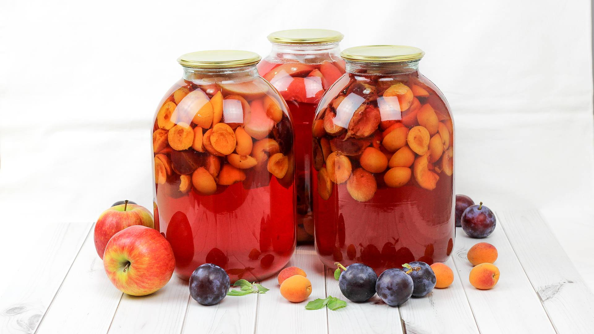 Компот ассорти из фруктов и ягод на зиму - рецепт с фото пошагово