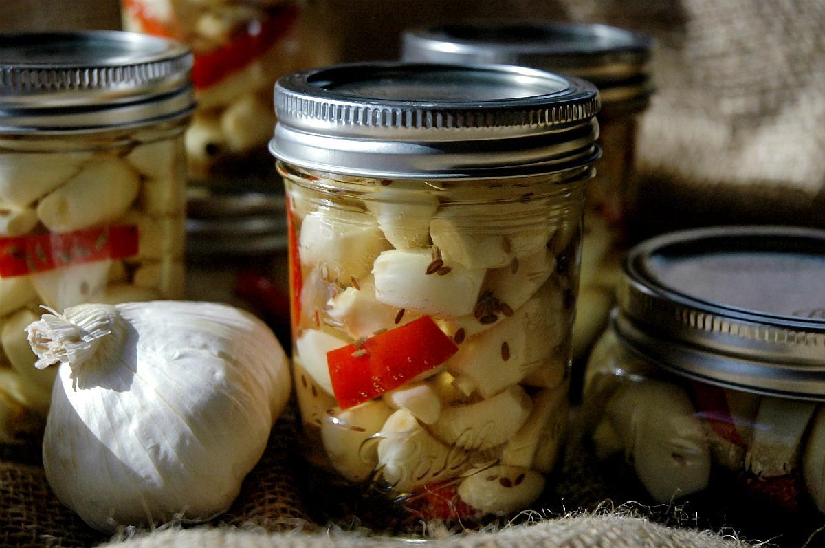Как засолить чеснок в домашних условиях: простые рецепты на зиму