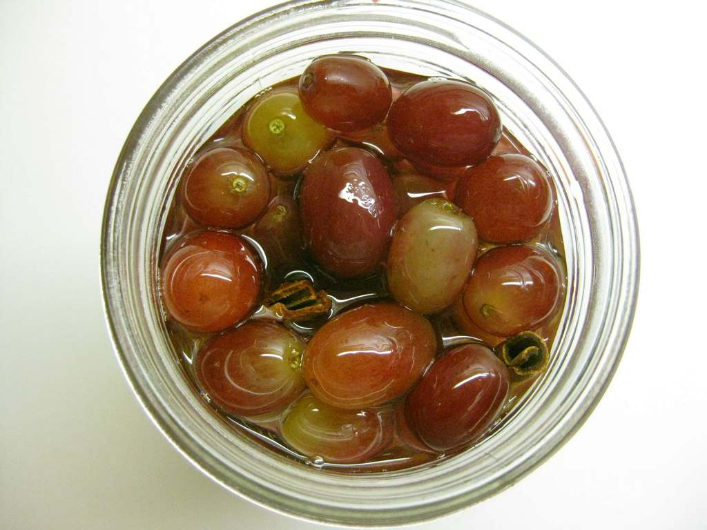 Как мариновать виноград на зиму в банках без стерилизации: рецепты