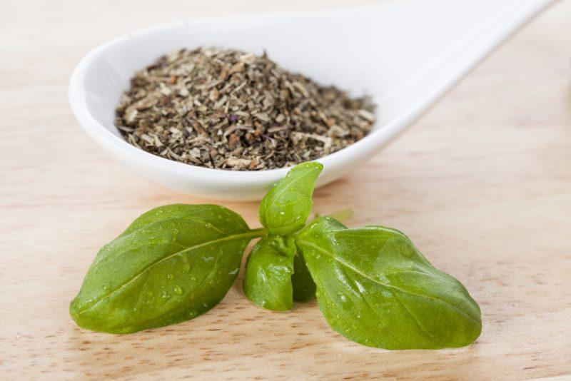 Базилик сушеный: применение, польза и вред ароматной пряности