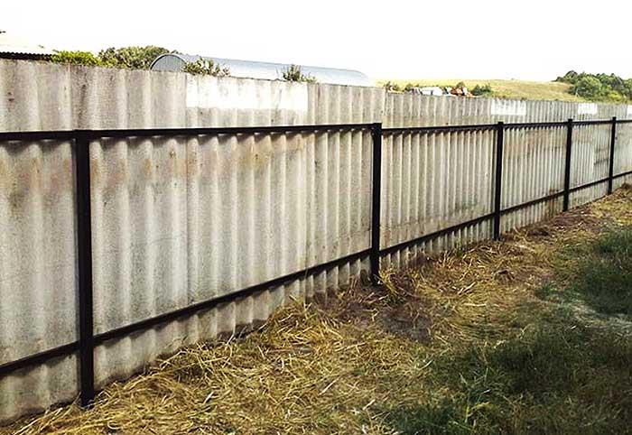 Забор из шифера на даче своими руками