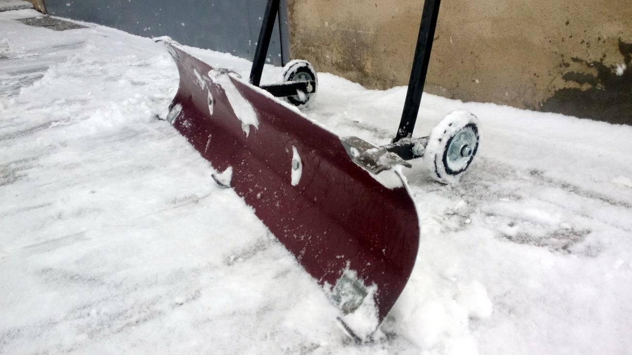 Выбираем лопату для уборки снега: материалы и характеристики