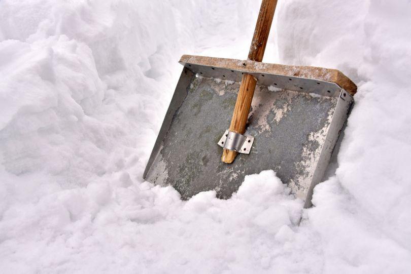 Хорошая снегоуборочная лопата для дома - обзор популярных видов и особенности их применения (100 фото)