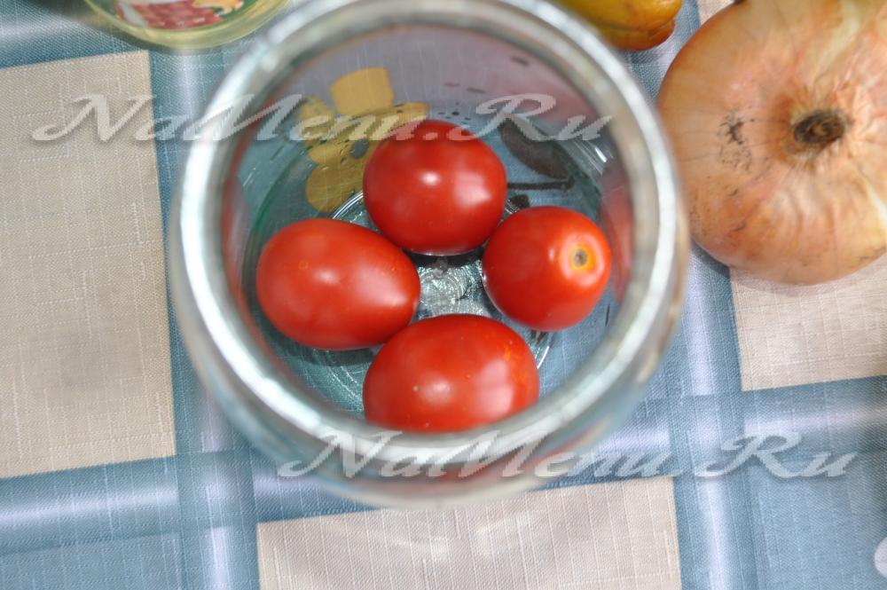 Обалденные закуски из помидор дольками: консервируем на зиму вкусные салаты