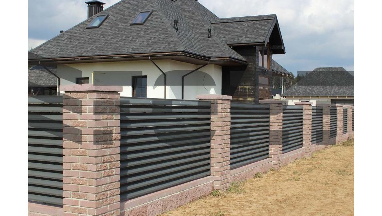 Поликарбонат – удобный и практичный материал для сооружения забора