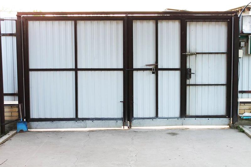 Дачные ворота: купить или сделать своими руками