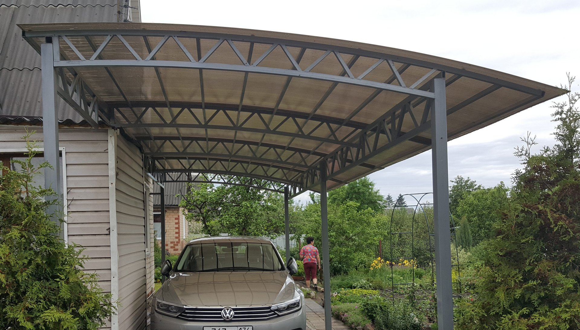 Навес для машины своими руками из дерева, металла, поликарбоната, к дому, во дворе, чертежи