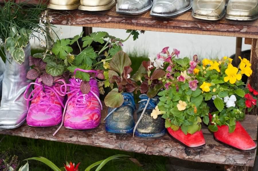 Мини-клумбы для цветов в ношеной обуви: стоптанные ботинки и сапоги превращаются в удивительные декорации