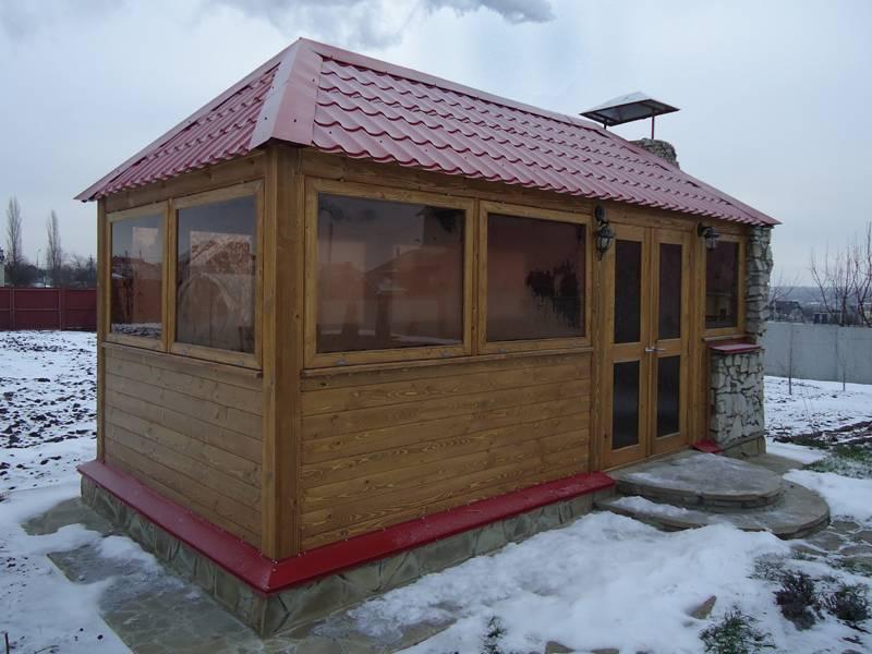 Зимняя беседка (49 фото): зимний и зимне-летний варианты, утепленные модели из газоблоков с печкой и тёплой комнатой, примеры оформления беседки внутри