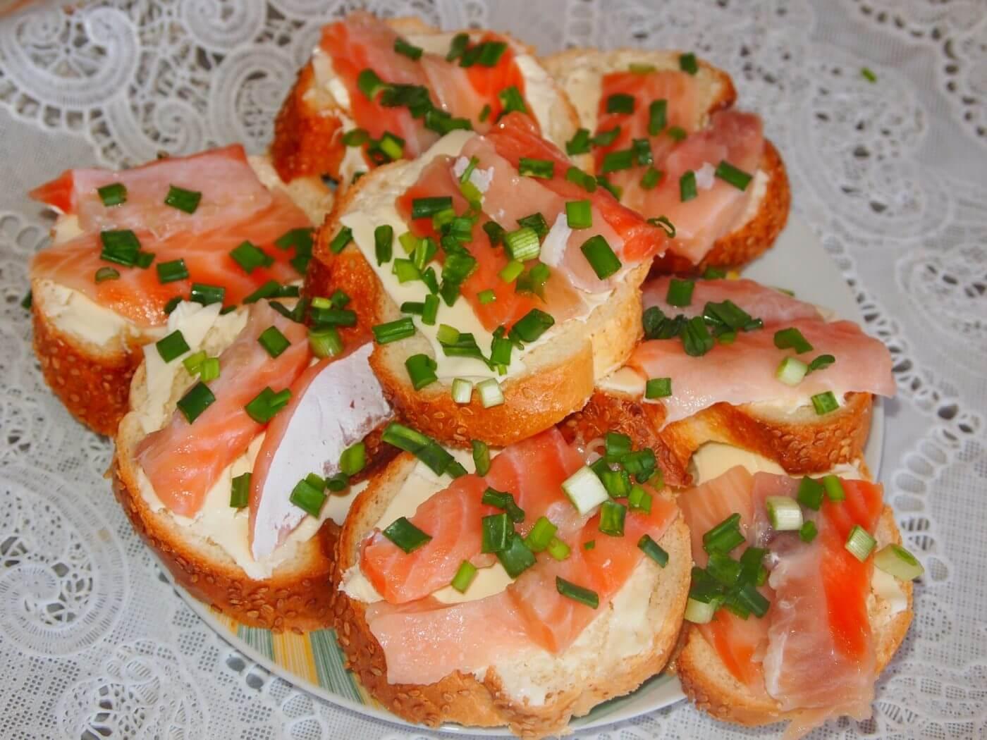 Бутерброды на праздничный стол: 20 простых и вкусных рецептов