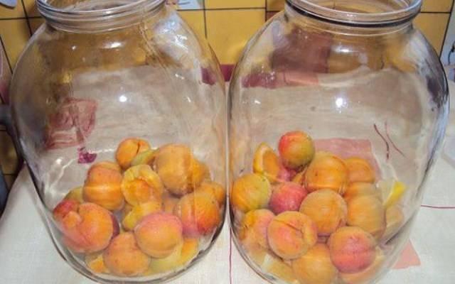 Как сварить компот из абрикосов и заготовить его на зиму - лайфхакер
