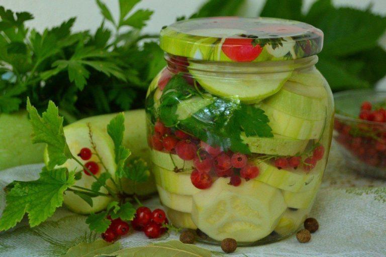 Рецепты маринования огурцов с красной и черной смородиной на зиму, со стерилизацией и без