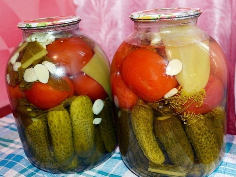 Маринованные огурцы и помидоры на зиму: простые рецепты ассорти с овощами