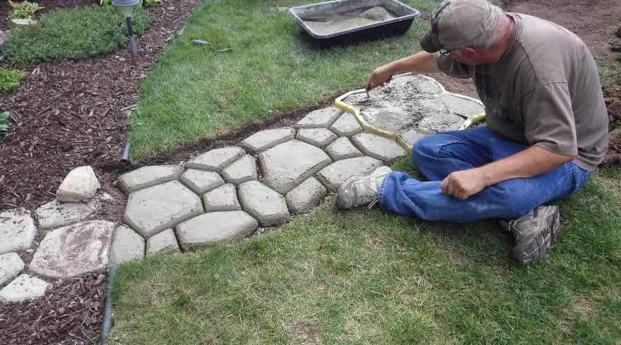 Как сделать плитку для садовых дорожек на даче своими руками