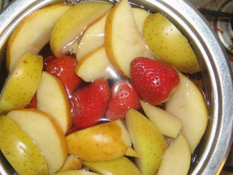 Компот из слив и яблок в кастрюле: как сварить вкусный напиток