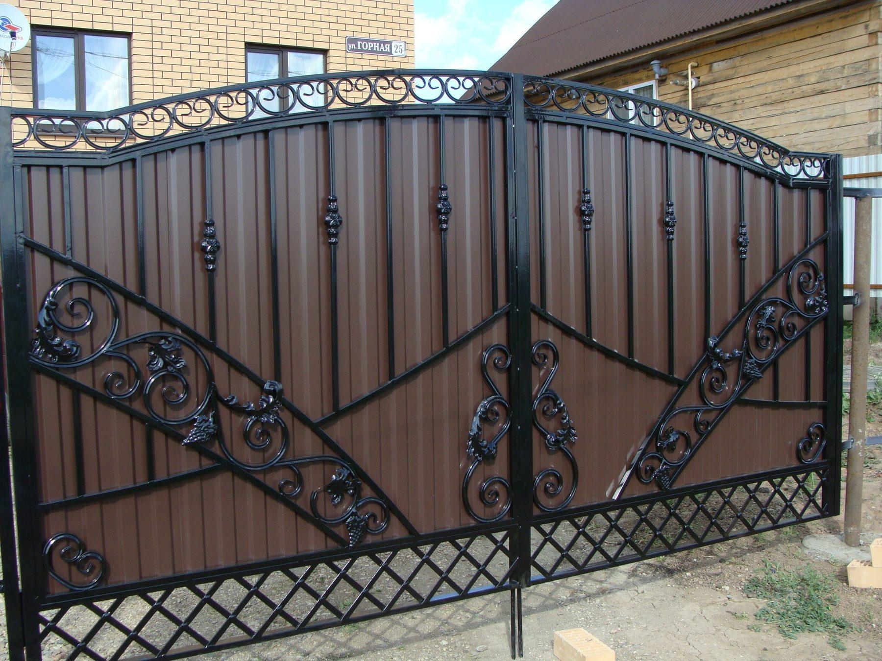 Комбинированный забор из поликарбоната и профнастила в металлическом или деревянном каркасе (фото)