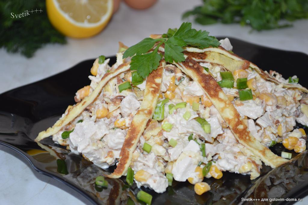 Салат разбойничий с блинами курицей и чесноком. салат блинный с копченой курочкой
