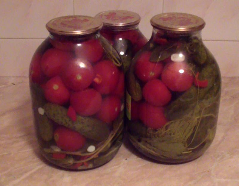 4 великолепных рецепта консервирования помидоров с огурцами