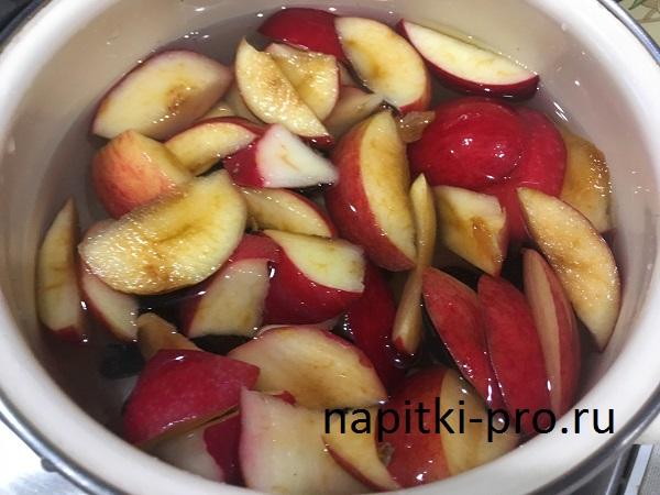 Компот из слив и яблок (рецепт приготовления в кастрюле)