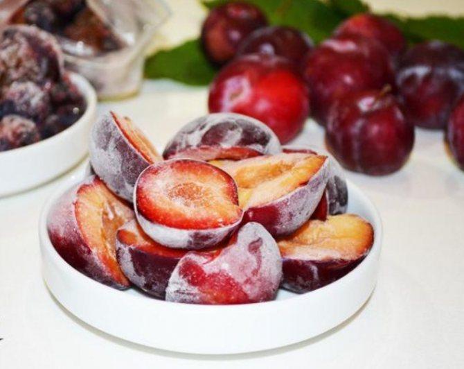 Как правильно заморозить сливу на зиму без косточки, в сахаре, сиропе, целиком, в виде пюре: рецепты, преимущества и основные правила заморозки. какие сливы можно замораживать? подготовка слив к замор